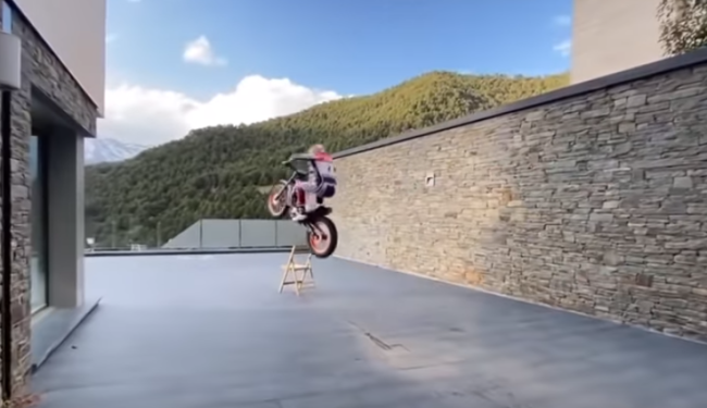 Video: Insane trial skills at home – Toni Bou